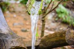 流动从竹管子的水 免版税库存图片