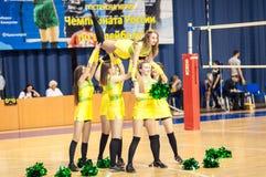 从流动代课教师组的女孩啦啦队欢呼您喜爱的排球队 图库摄影