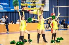 从流动代课教师组的女孩啦啦队欢呼您喜爱的排球队 库存照片