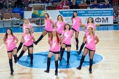 从流动代课教师组的女孩啦啦队欢呼您喜爱的蓝球队。 库存照片