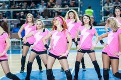 从流动代课教师组的女孩啦啦队欢呼您喜爱的蓝球队。 图库摄影