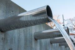 流动从钢管的水 免版税库存图片