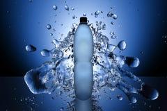 流在瓶附近的飞溅水在蓝色 免版税图库摄影