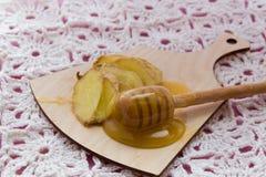 流感在玻璃的补救饮料用新鲜的姜和蜂蜜 免版税库存照片