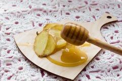 流感在玻璃的补救饮料用新鲜的姜和蜂蜜 库存照片