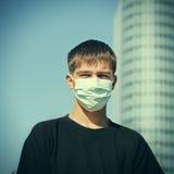 流感屏蔽的少年 免版税库存图片