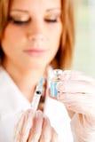 流感:准备用疫苗填装注射器 免版税图库摄影