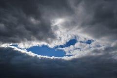 流明通过云彩 库存图片