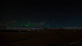 流星和北极光在冰岛 免版税库存图片