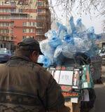 流浪汉收集回收的废物 库存照片