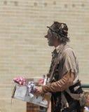 流浪汉游行的字符小丑在小镇美国 免版税库存图片