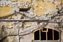 流浪汉被放弃的腐朽的大厦 免版税库存图片