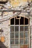 流浪汉被放弃的腐朽的大厦 库存照片