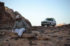 流浪的吉普,沙漠游览通过瓦地伦原野,约旦,中东沙丘,远足,上升,驾驶 库存照片