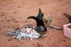 流浪的咖啡在Wahiba铺沙#2 :Normadic沙漠阵营,阿曼 免版税库存图片