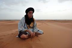 流浪的在撒哈拉大沙漠男服传统衣物 免版税库存图片