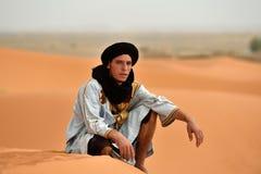 流浪的在撒哈拉大沙漠男服传统衣物 库存照片
