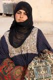 流浪的女孩在扇叶树头榈-叙利亚古城 库存照片