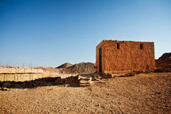 流浪的村庄在山的沙漠在日落 免版税库存图片