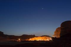流浪的阵营在瓦地伦沙漠,约旦,在晚上 库存图片
