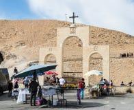 流浪者卖纪念品,并且在圣乔治Hosevit修道院的门的附近甜点在Mitzpe Yerih附近毁损在旱谷Kelt的Jaris 免版税图库摄影