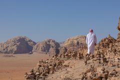 流浪者和红色沙漠的全景在瓦地伦,约旦,中东 免版税图库摄影