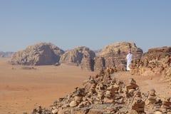 流浪者和红色沙漠的全景在瓦地伦,约旦,中东 库存图片