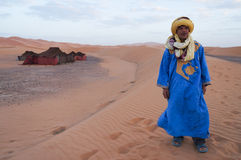 流浪者和他的帐篷在撒哈拉大沙漠,摩洛哥 免版税库存图片