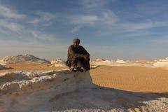 流浪者地方指南再带领游人接近Farafra绿洲的白色沙漠国家公园 免版税库存图片