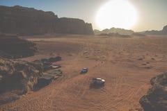 流浪者的汽车吉普和游人,瓦地伦沙漠在约旦,中东 图库摄影