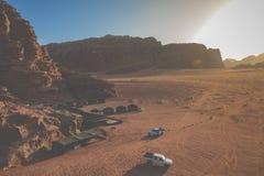 流浪者的汽车吉普和游人,瓦地伦沙漠在约旦,中东 库存图片