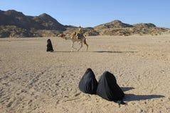 流浪骆驼乘驾二注意的妇女 免版税图库摄影