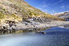 流的河冬天 库存图片