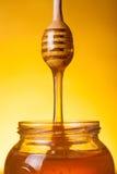 流的金黄蜂蜜 库存照片