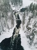 流经一处美好的多雪的冬天风景的冰冷的河鸟瞰图在Oulanka国家公园 芬兰 免版税库存照片