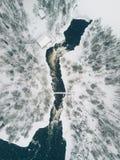 流经一处美好的多雪的冬天风景的冰冷的河鸟瞰图在Oulanka国家公园 芬兰 库存图片