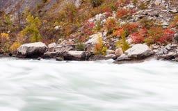流经尼亚加拉峡谷,加拿大的急流 库存图片