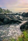 流经岩石的洋流 图库摄影