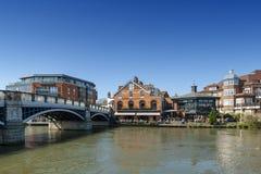 流经温莎和伊顿,双镇的泰晤士河在柏克夏,加入由温莎桥梁,英国英国 免版税库存图片