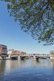 流经温莎和伊顿,双镇的泰晤士河在柏克夏,加入由温莎桥梁,英国英国 库存图片