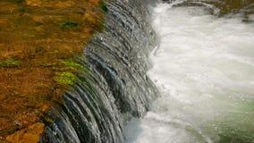 流经石头和岩石的美丽的河水在黎明 股票录像