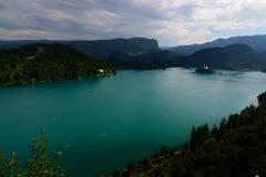 流血平衡海岛湖中间山好的反映斯洛文尼亚 上部Carniola,斯洛文尼亚 库存图片