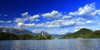 流血平衡海岛湖中间山好的反映斯洛文尼亚 免版税库存照片