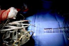 流血的仪器,在手术以后的纱。 免版税库存图片