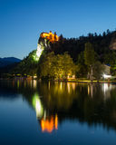 流血的城堡在晚上 免版税库存图片