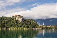 流血的城堡教会湖其他端斯洛文尼亚 库存图片