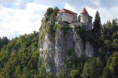 流血的城堡被修造在峭壁俯视的湖顶部流血,位于流血,斯洛文尼亚 免版税库存照片