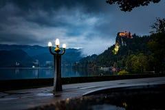 流血的城堡Blejski毕业美好的夜视图 免版税库存照片