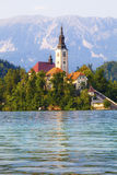 流血的斯洛文尼亚 在湖中间的海岛有教会的 免版税库存图片