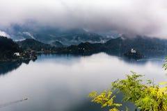 流血的海岛湖美好的秋天视图 免版税库存图片